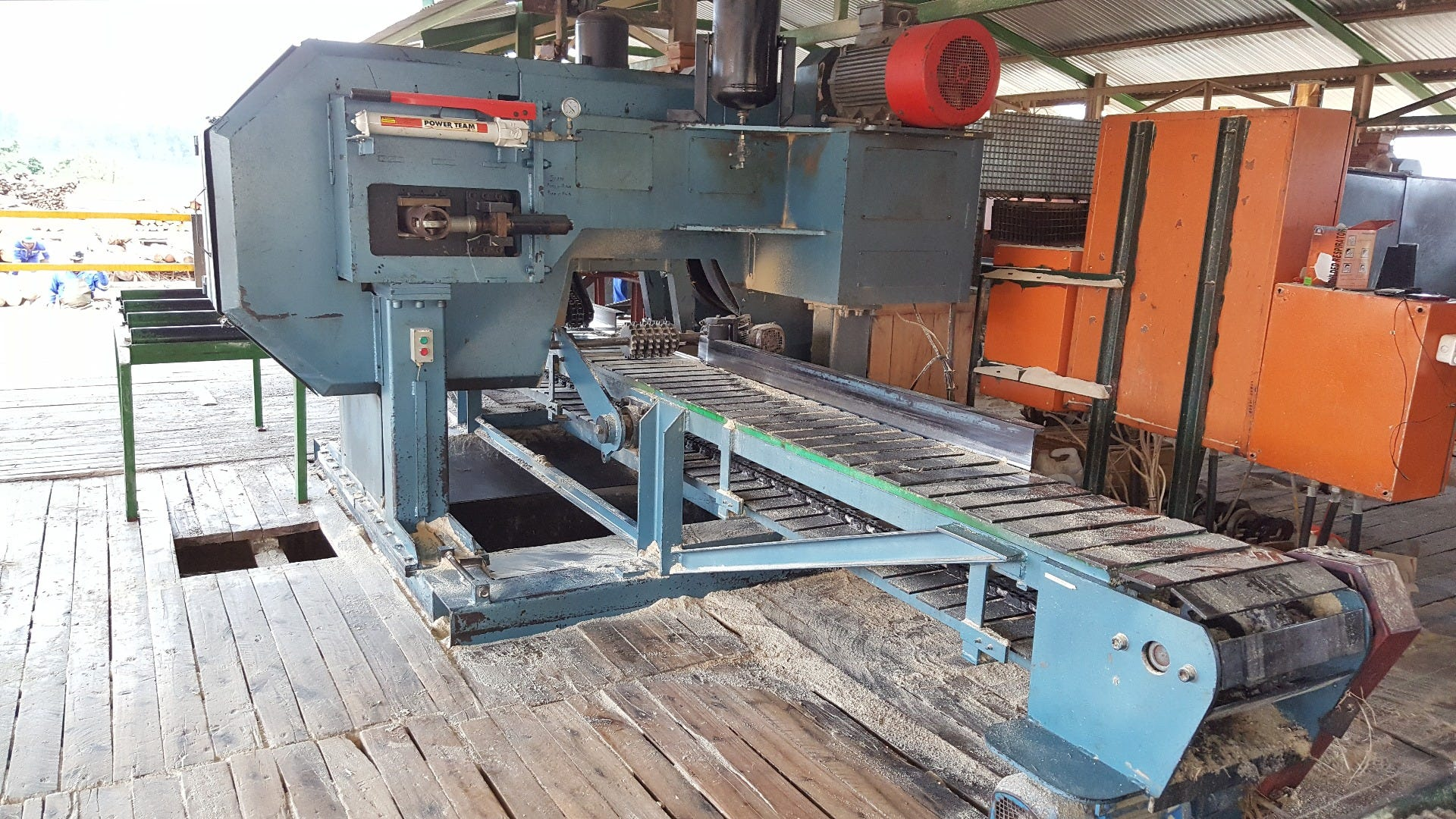 A Wood-Mizer TITAN 4 Twin resaw taking care of part of the sideboards that exit the TVS.