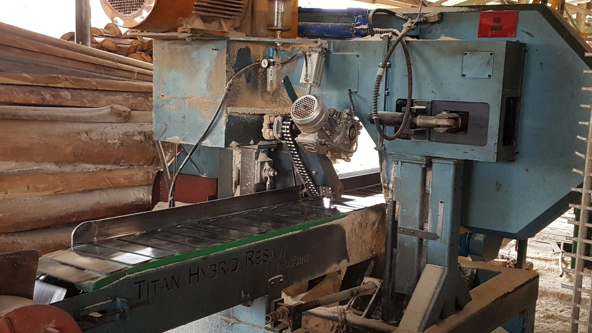 Wood-Mizer's TITAN Hybrid TH-R Resaw is a high-performance, industrial capacity resaw that is available in a single or back-to-back twin-head configuration.